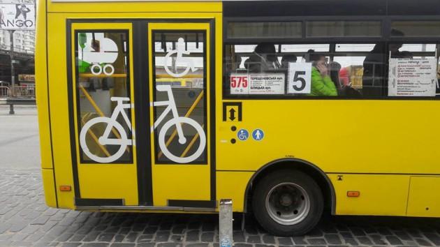 На дверях автобуса изображен велосипед, детская и инвалидная коляски