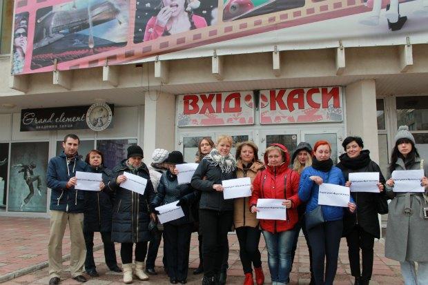 """Жители Оболони провели флешмоб в защиту коммунального кинотеатра """"Братислава"""""""