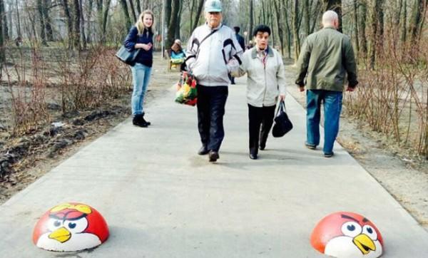 В Киеве в Сырецком парке бетонные полусферы, ограничивающие проезд автомобилей, разукрасили в персонажей Angry Birds