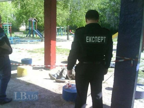 Мужчину без признаков жизни обнаружили на детской площадке во дворе жилого дома