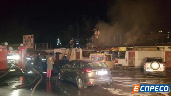 В результате пожара сгорело и повреждено два строения и кровля на площади 100 квадратных метров, жертв и пострадавших нет