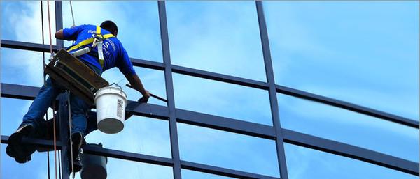 Работник клининговой компании сорвался во время перемещения лестницы для мойки окон