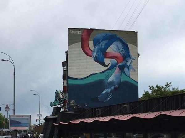 Мурал с изображением фламинго появился на фасаде дома по бульвару Леси Украинки