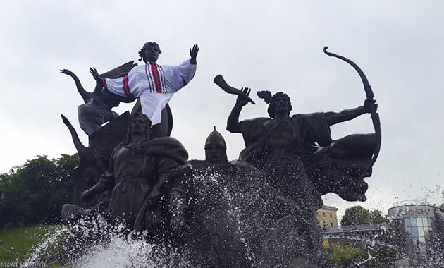К Всемирному дню вышиванки на столичном Майдане Независимости сестра Лыбедь тоже «принарядилась»