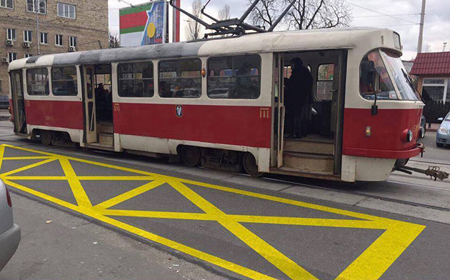 """Общественная Организация """"Прогрессивные Граждане Украины"""" начала пилотный проект по нанесению разметки трамвайных остановок, не оборудованных посадочными площадками"""