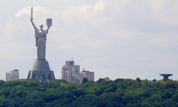 Специалисты обсуждают возможность демонтажа только серпа и молота со щита монумента