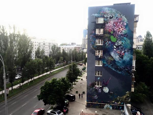 Художник из Майами дорисовал очередной мурал на стене киевской многоэтажке - на этот раз это птица