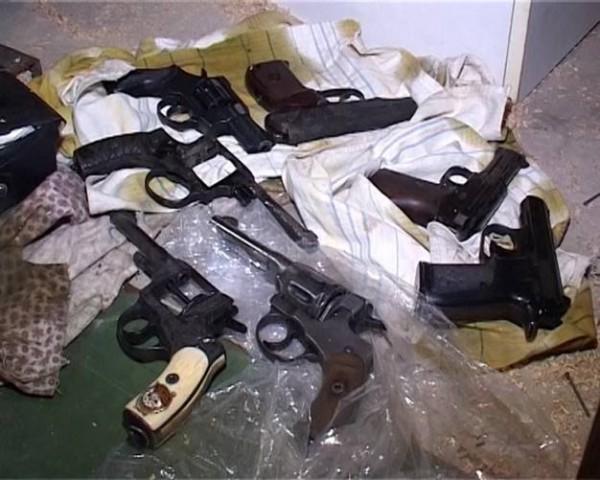 Дома у подозреваемого изъяли различные документы и схемы закладки взрывчатки на различных объектах