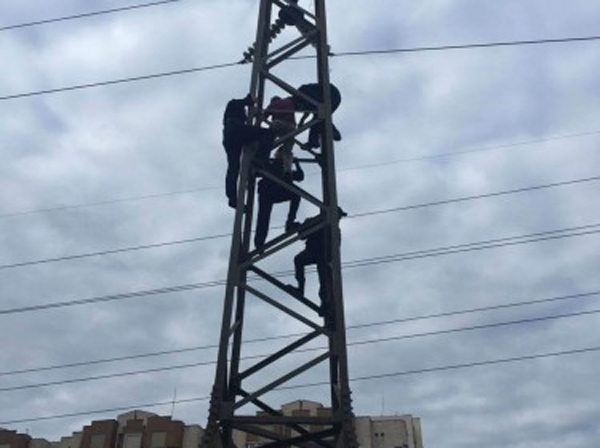Мужчина с проводом на шее пытался спрыгнуть с почти 10-метровой высоты