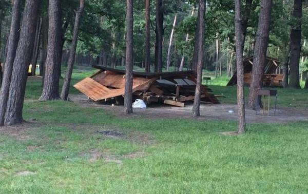 Неизвестные уничтожили все альтанки возле озера