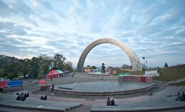 Идея художника Александра Ройтбурда - придать арке новое визуальное осмысление