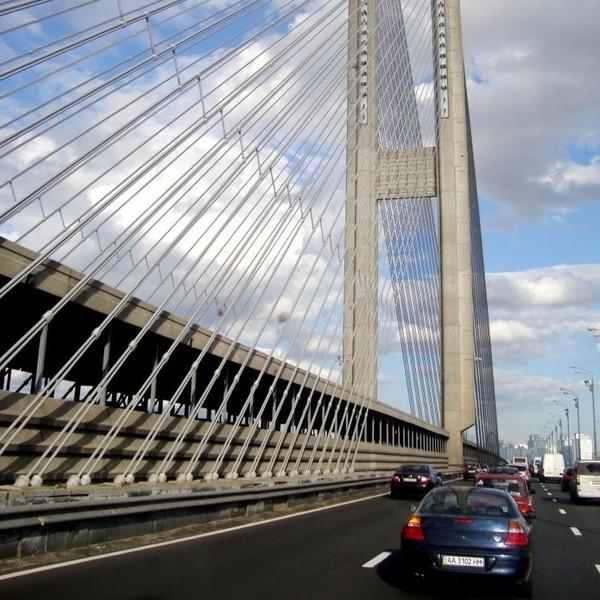 Также в связи с ремонтом асфальтобетонного покрытия с 22:00 15 июня до 6:00 16 июня ограничат движение на мосту Метро