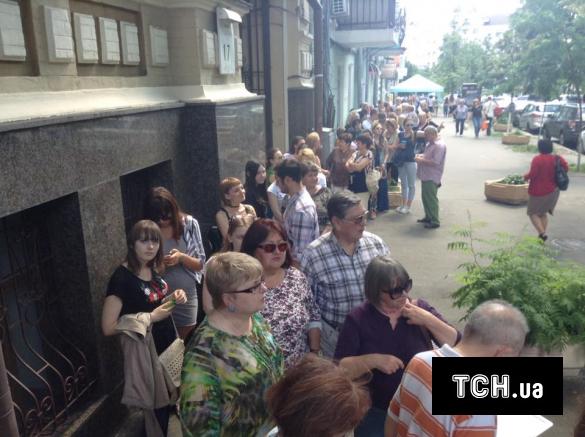 В очереди ждут сотни людей