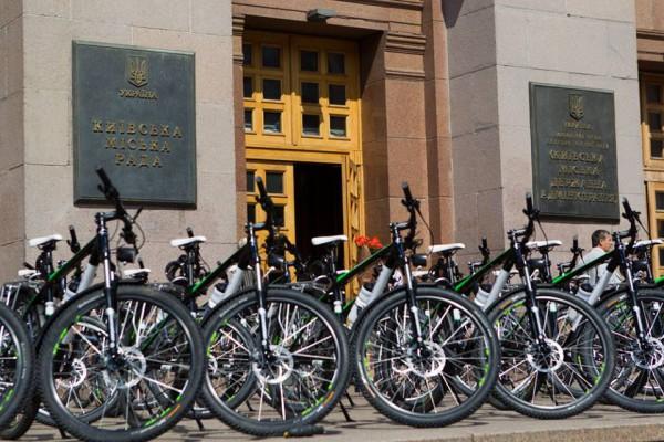 Столичная власть передала патрульной полиции 100 велосипедов со снаряжением