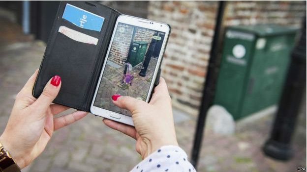 Image caption Мир, который вы видите на экране Pokemon Go, совпадает с тем, что вы видите вокруг