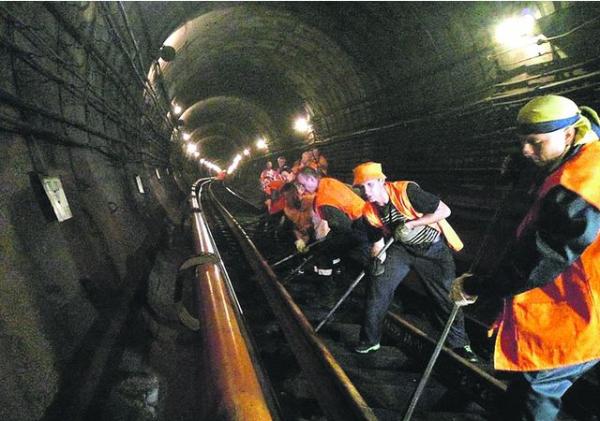 За одну ночь работники метрополитена успевают заменить сотни метров рельс