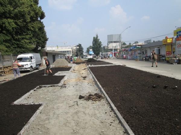 Коммунальщики уже завезли растительный грунт и установили подпорную стенку длиной 13 метров