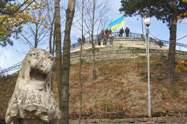 На Високому замку можна сфотографуватися з кам'яними левами, які є пам'ятками національного значення. Фото m.io.ua