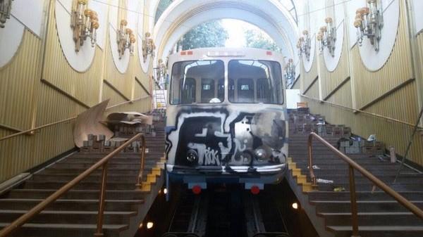 Вандалы нанесли аэрозольную краску на заднюю часть правого вагона и входные двери подъемника