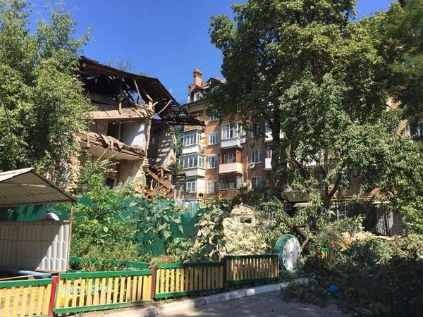 На улице Никольско-Ботанической вчера обвалилась стена в двухэтажном отселенном доме, граничащем с детским садом