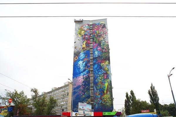 Многоэтажку в Дарницком районе украсили ярким рисунком