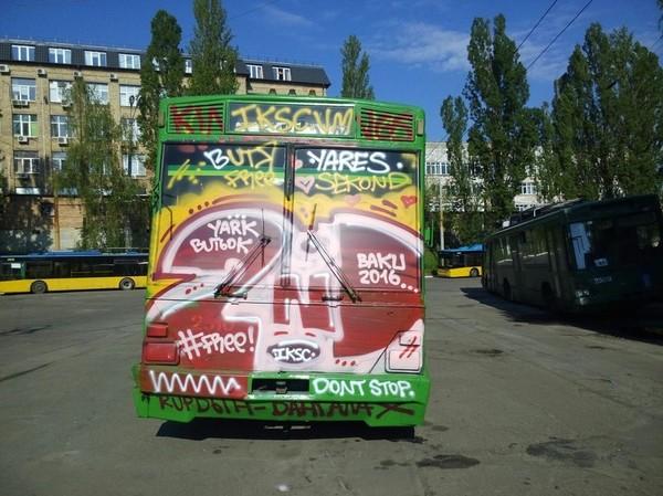 На троллейбусе невозможно ездить, поскольку неизвестные полностью зарисовали лобовое стекло