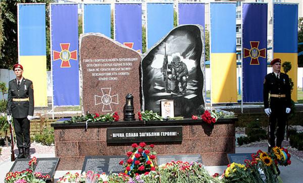 На монументе высечены фамилии 107 бойцов Нацгвардии, отдавших свои жизни за целостность и неприкосновенность Украины во время войны в Донбассе