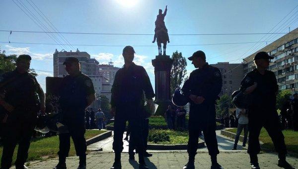 Власти пообещали снести монумент до конца сентября