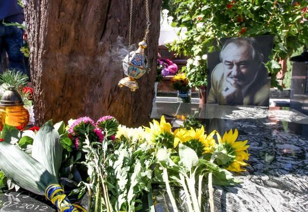 Монумент установили на могиле актера на Байковом кладбище