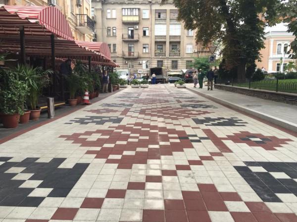 В центре Киева завершились работы по укладке плитки в виде украинского орнамента