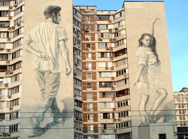 На стенах двух соседних домов появилась танцующая пара