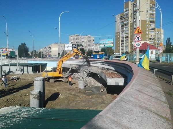 Активисты призывают перекрыть дорогу и прекратить стройку ТЦ над станцией метро