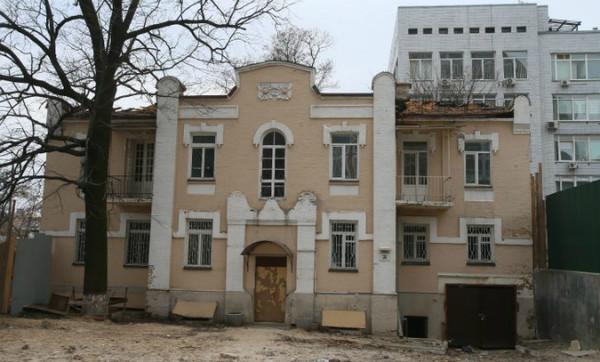 По словам депутата Киевсовета, незадолго до разрушения историческое здание на Златоустовской, 35 было незаконно лишено статуса памятника архитектуры