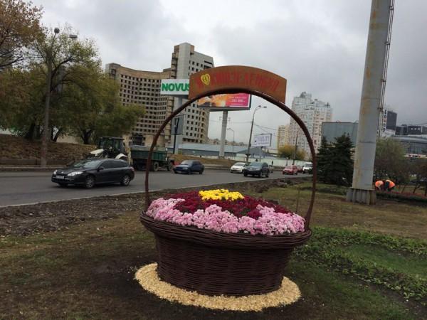 На транспортной развязке возле станции метро Левобережная уже установили одну из корзин