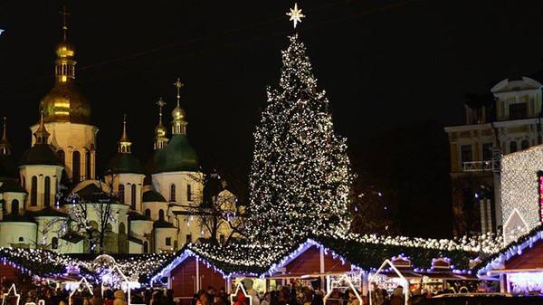 Киевлян ждут высокая елка, колесо обозрения и горки