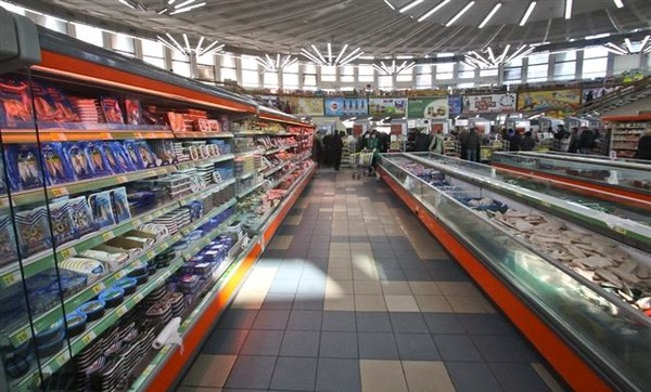 Охрана супермаркета задержала безработного киевлянина при попытке вынести упаковку мяса и банку оливок