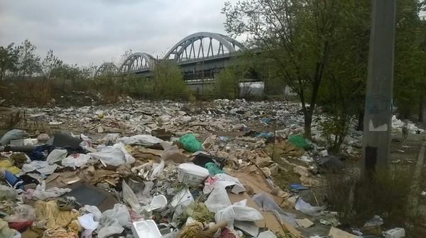 Набережная в Киеве оказалась под завалами мусора