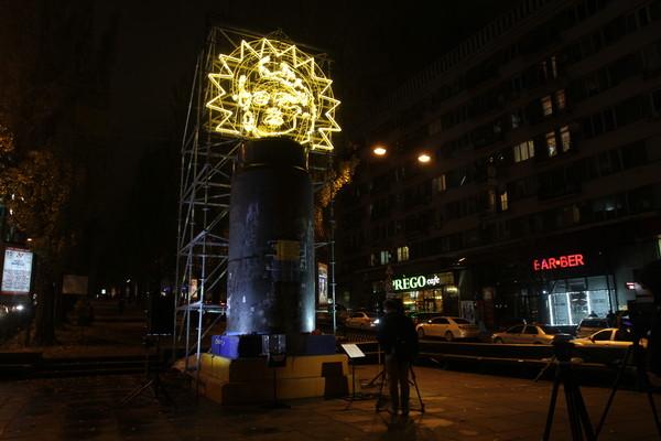 Автор инсталляции при помощи трех цветов представил современные столпы украинского общества: идеологию, религию и экономику