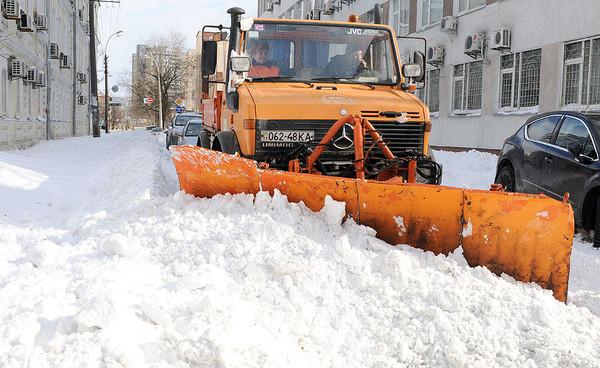 В горадминистрации Киева предупредили, что если машина будет мешать чистить дороги, ее эвакуируют