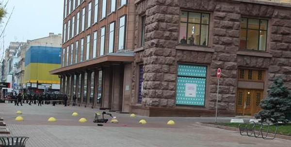 Здание КГГА и ЦУМа оцепили полицейские,вызвали взрывотехников, которые обезвредили подозрительный предмет с помощью специального робота на дистанционном управлении