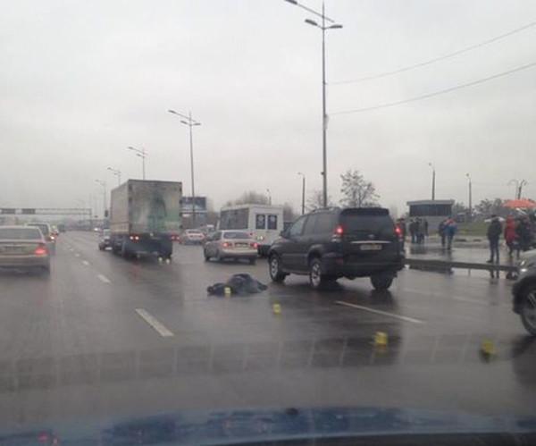 СМИ сообщали, что мужчина перебегал проспект Бажана и попал под колеса