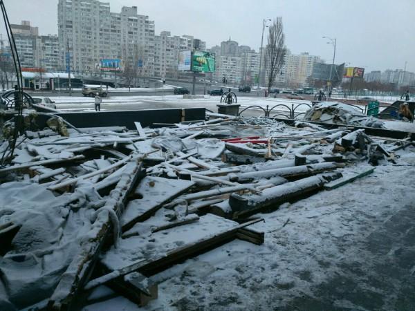 Вслед за Оболонью демонтировали МАФы в Деснянском районе Киева