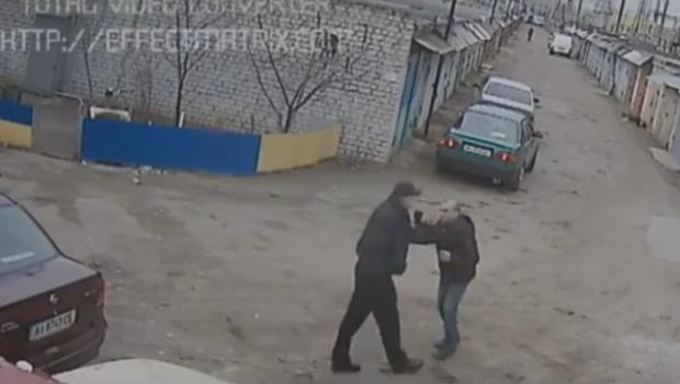 Полицейский пытается забрать телефон. Скриншот с видео