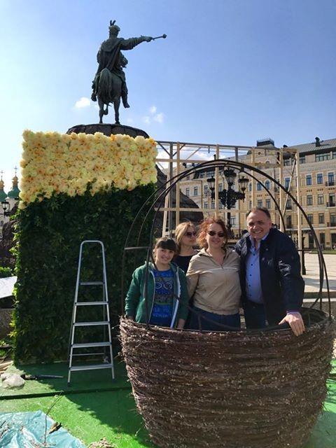 Фестиваль. В центре уже монтируют пасхальный городок с яркими писанками и фотозонами. Фото: Folk Ukraine