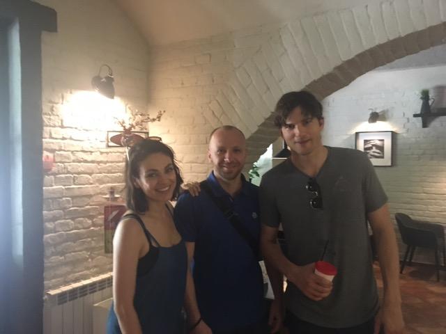 Мила Кунис и Эштон Кутчер приехали в отпуск в Черновцы. А ты нет