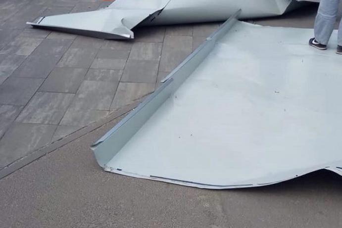 В Киеве с ТРЦ упал огромный лист металла. Фото, видео