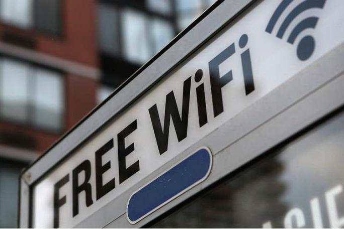 """В Киеве появилось """"дерево"""", которое раздает Wi-Fi и заряжает телефон"""