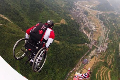 71-летняя украинка прыгнула с парашютом на инвалидной коляске. Фото, Видео