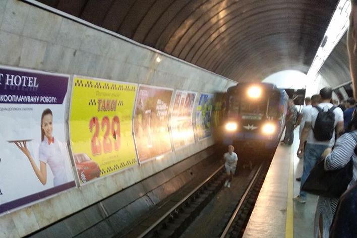 В Киеве двое подростков прыгнули под поезд метро. Видео