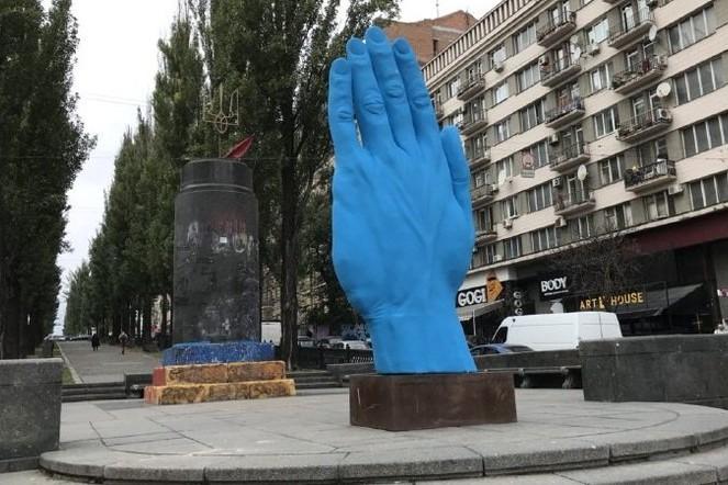 """У """"синей руки"""" в Киеве появились маленькие копии. Фото"""